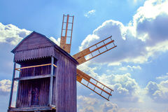 Ukrainische hölzerne Windmühlenwindmühle gegen den Himmel mit Wolken Stockfoto