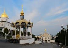 Ukrainische heilige Annahme Pochaev Lavra im Sommer bei Sonnenuntergang lizenzfreies stockbild