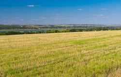 Ukrainische landwirtschaftliche Landschaft mit gemähter Ernte Stockfoto