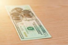 Ukrainische M?nzen in einer Bezeichnung von hundert Dollar auf einem hellbraunen Hintergrund lizenzfreie stockfotografie