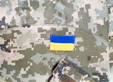 Ukrainische militärische digitale Tarnung mit Flaggenflecken Stockbild