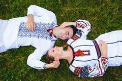 Ukrainische Paare in der traditionellen Kleidung Stockbild
