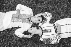 Ukrainische Paare in der traditionellen Kleidung BW Stockbilder