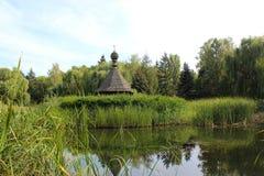 Ukrainische Retro- Kirche im Teich Stockfotografie