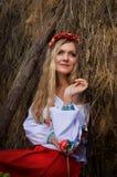 Ukrainische Schönheit im Hayloft Lizenzfreies Stockbild