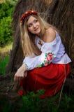 Ukrainische Schönheit im Hayloft Stockfotografie