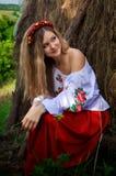 Ukrainische Schönheit im Hayloft Lizenzfreie Stockfotos