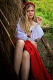 Ukrainische Schönheit im Hayloft Stockfotos