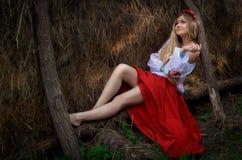 Ukrainische Schönheit im Hayloft Lizenzfreie Stockbilder