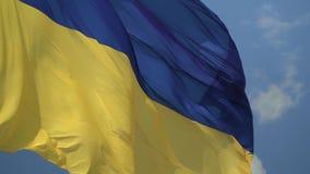 Ukrainische Staatsflagge gegen den Himmel stock footage
