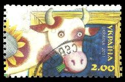 Ukrainischer Bauernhof, Kuh und Sonnenblume Lizenzfreies Stockfoto