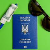 Ukrainischer biometrischer Pass mit hundert Dollarschein und einem Stift stockbild