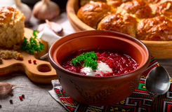 Ukrainischer Borschtsch und Mehlklöße mit Knoblauch auf dem Tisch Lizenzfreie Stockfotos