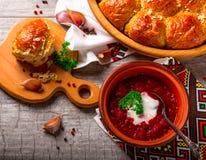 Ukrainischer Borschtsch und Mehlklöße mit Knoblauch auf dem Tisch Lizenzfreie Stockfotografie