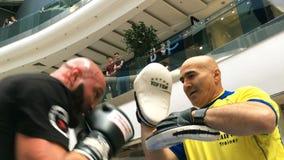 Ukrainischer Boxer Roman Golovashchenko mit seinem Trainer stock footage