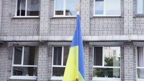 Ukrainischer Flaggenschulhof stock video footage