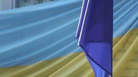 Ukrainischer Flaggenschulhof stock video