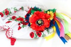 Ukrainischer Kranz und gesticktes Hemd für Mädchen Stockbilder