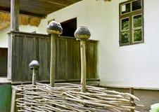 Ukrainischer Lehmkrug auf einem Bretterzaun Traditionelles nationales altes Geschirr lizenzfreie stockbilder