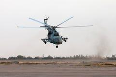 Ukrainischer Militärhubschrauber im Flug Lizenzfreies Stockfoto