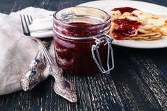 Ukrainischer oder russischer Pfannkuchen Blini mit gewürzter Beerenmarmelade Lizenzfreie Stockfotos