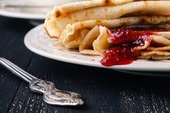Ukrainischer oder russischer Pfannkuchen Blini mit gewürzter Beerenmarmelade Stockfoto