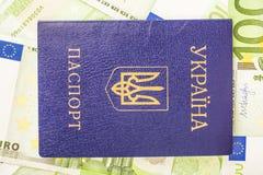Ukrainischer Pass vor dem hintergrund der Euro-Konten mit einem Nominalwert von 100 Lizenzfreies Stockbild