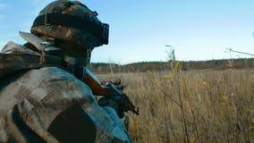 Ukrainischer Soldat zielt stock footage