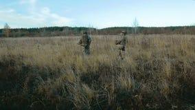 Ukrainischer Soldatlauf auf dem Feld stock video footage