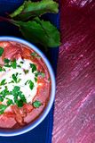 Ukrainischer traditioneller Borschtsch Russische vegetarische rote Suppe in der blauen Schüssel auf rotem hölzernem Hintergrund B lizenzfreies stockfoto