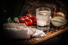 Ukrainischer traditioneller Teller Speck, Brot, Salz, Pfeffer, Tomaten Stockbild