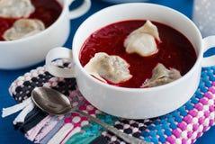Ukrainischer und russischer nationaler Rote-Bete-Wurzeln Borschtsch mit Mehlklößen Lizenzfreies Stockbild
