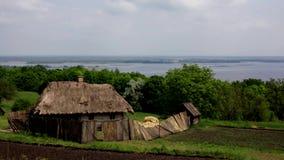 Ukrainisches Dorf wird durch Grün umgeben stock video
