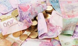 Ukrainisches Geld des verschiedenen des Nominalwertes und Pennys Ei auf goldenem Hintergrund Stockbild