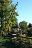 Ukrainisches ländliches Häuschen mit einem Strohdach Stockfotos