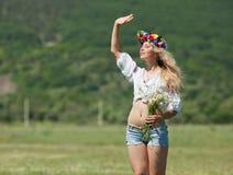 Ukrainisches Mädchen auf dem Gebiet Stockfotos