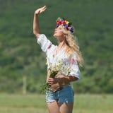 Ukrainisches Mädchen auf dem Gebiet Lizenzfreies Stockfoto