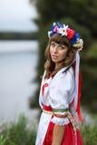 Ukrainisches Mädchen auf den Banken des Flusses Stockfotos