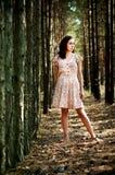 Ukrainisches Mädchen im Wald Stockfotografie