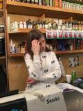 Ukrainisches Mädchen am russischen Supermarkt Lizenzfreies Stockbild