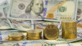 Ukrainisches Währung grivna (hryvnia, 1 UAH) auf dem Hintergrund von 100 Dollar USA-Rechnungen (100 USD) Stockfotos