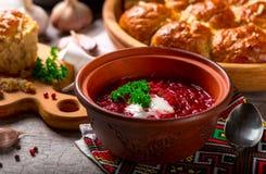 Ukrainsk borsch och klimpar med vitlök på tabellen Royaltyfria Foton