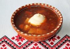 Ukrainsk borscht i en keramisk platta Arkivfoto