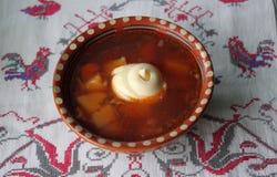 Ukrainsk borscht i en keramisk platta Royaltyfria Bilder