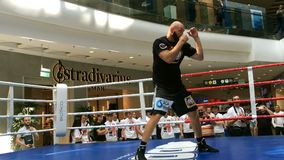 Ukrainsk boxare Roman Golovashchenko med hans lagledare arkivfilmer