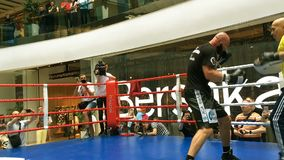 Ukrainsk boxare Roman Golovashchenko med hans lagledare stock video