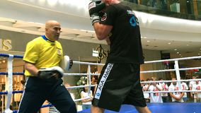 Ukrainsk boxare Roman Golovashchenko med hans lagledare lager videofilmer