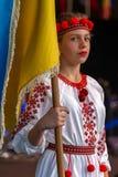 Ukrainsk dansare för ung flicka i traditionell dräkt, med nationa royaltyfri bild