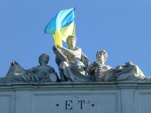 Ukrainsk flagga över skulpturer arkivbild