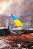 Ukrainsk flagga på barrikaden på den Hrushevskogo gatan i Kiev, royaltyfri bild